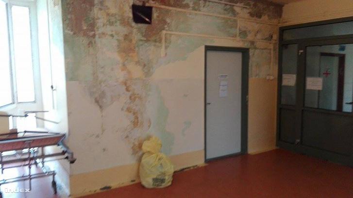 Betört ablak, penész, nulla védelem - itt kezdődött a zárt osztály a Merényiben
