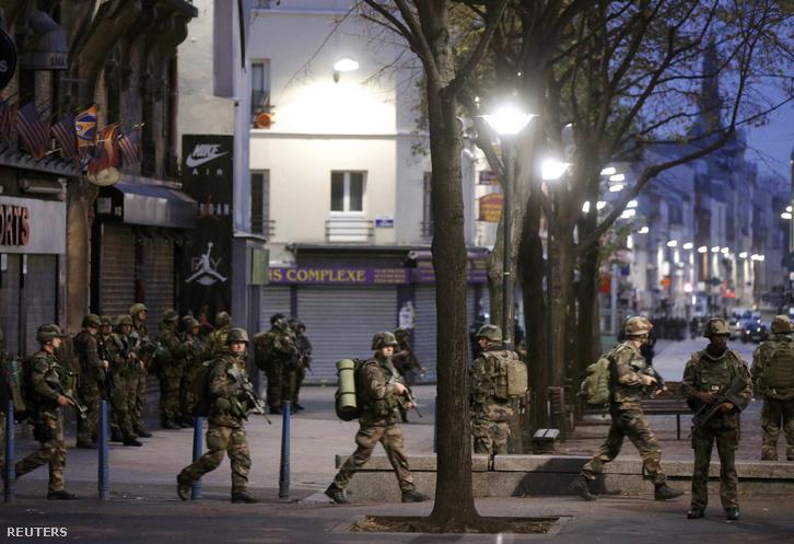 Katonák biztosítják az akció helyszínét