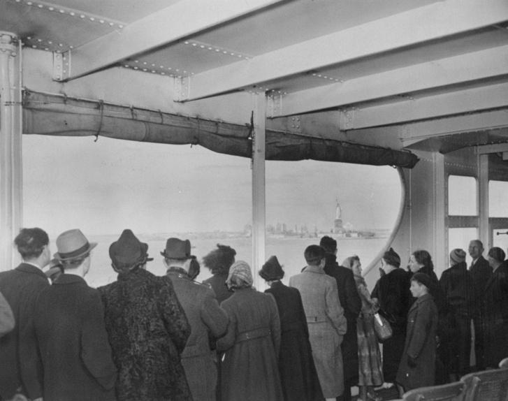 Német menekültek először pillantják meg a Szabadság-szobrot, New Yorkba érkezve, 1938. december 15-én.