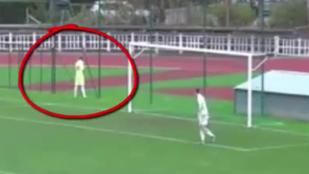 Ez a belga focista a meccs közepén könnyített magán