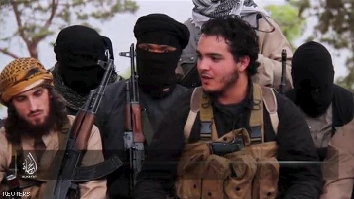 Egy Abu Salmanként bemutatott fiú az Iszlám Állam videóján a párizsi mészárlást követően 2015. november 14-én.