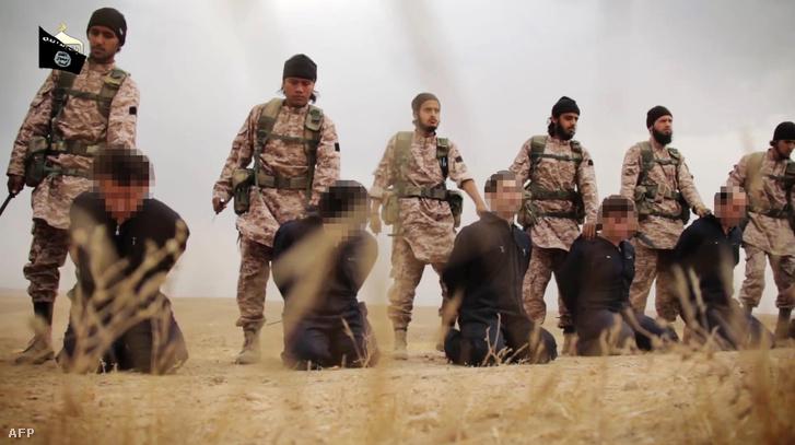 Részlet egy propaganda videóból az Iszlám Állam által, ahol szír katonákat végeznek ki 2014 novemberében. Hasonló sors vár azokra is, akik megpróbálnak elszökni a terrorszervezettől.