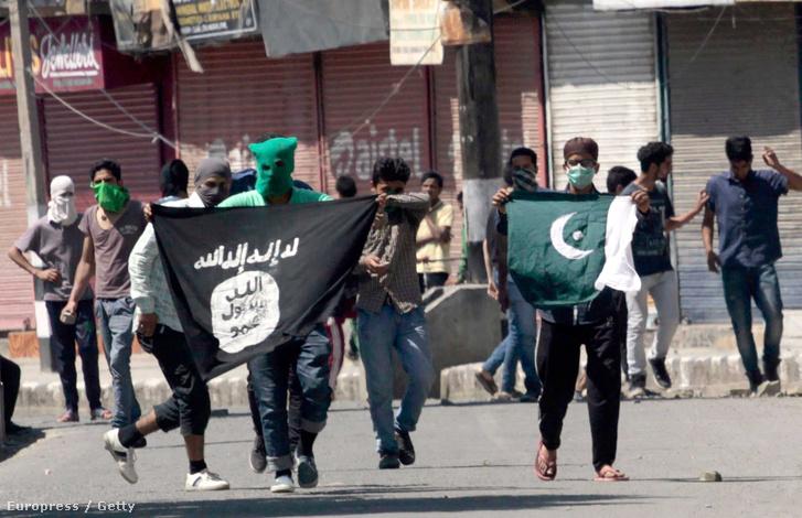 Az Iszlám Állammal szimpatizáló tüntetők Indiában 2015. június 27-én.