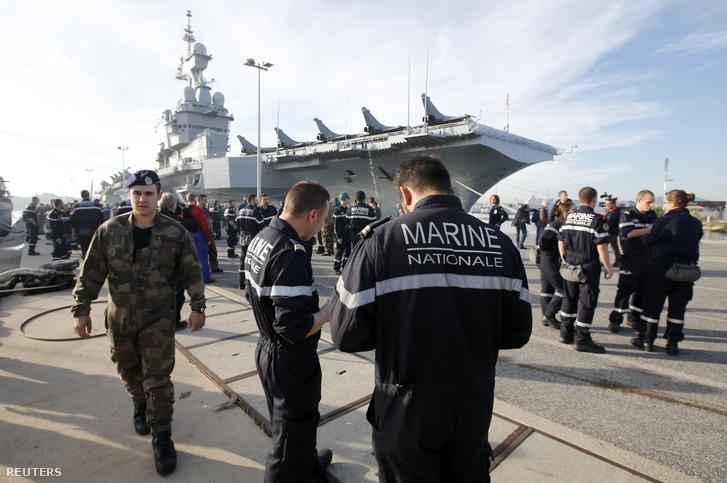 A Charles de Gaulle repülőhordozót készítik fel az induláshoz szerda délelőtt.