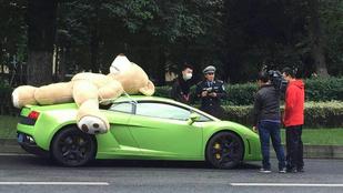 Túlméretes medvéje miatt meszelték le a Lamborghinist