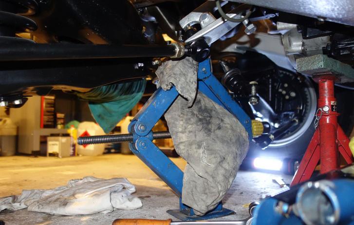 Segédirányítókar-alátámasztás rombuszemelővel