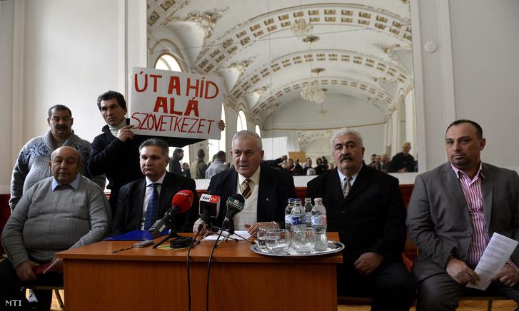 Makai István a Roma Polgári Tömörülés elnöke, Vajda László a Lungo Drom országos alelnöke és Dancs Mihály a Roma Polgárjogi Mozgalom vezetője.