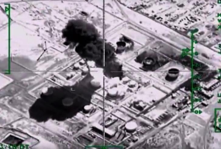 Az orosz védelmi minisztérium által kiadott fotón az Iszlám Állam egyik égő olajfinomítója látszik, amit november 18-án bombáztak.