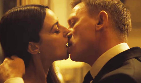 Daniel-Craig-kissing-Monica-Bellucci-360724
