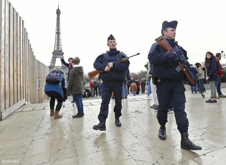 Rendőrök járőröznek az Eiffel-torony mellett, 2015. november 14-én.