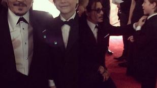 Johnny Deppnek van egy új legjobb barátja, titkos kézfogásuk is van