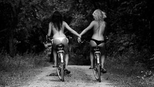 Bódi Sylvi félmeztelenül bringázott playmate barátnőjével