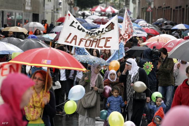 A multikulturális társadalom mellett szimpatizáló tömeg Brüsszel Molenbeek kerületében 2012-ben.