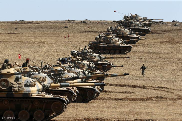 Török tankok sorakoznak fel a török-szír határon a kurd területek közelében 2014. október 6-án.