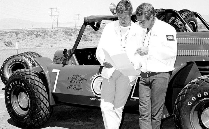 Bud Ekins (balra) és Steve McQueen együtt egy buggy mellett