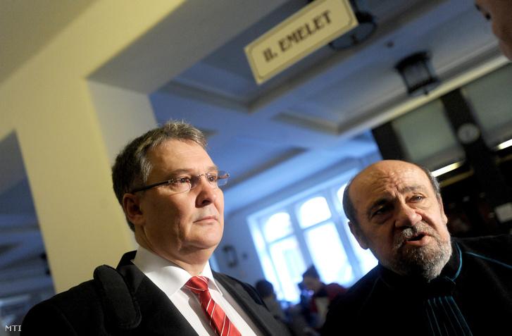 Juhász Ferenc volt szocialista honvédelmi miniszter (b) az ellene és társai ellen hűtlen kezelés vádjával indult büntetőper tárgyalása előtt a Pesti Központi Kerületi Bíróságon 2013. április 16-á