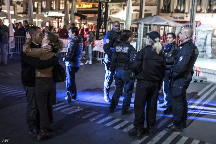 A terrorveszély miatt rendőrök biztosítanak egy utcai rendezvényt Lyonban, november 19-én