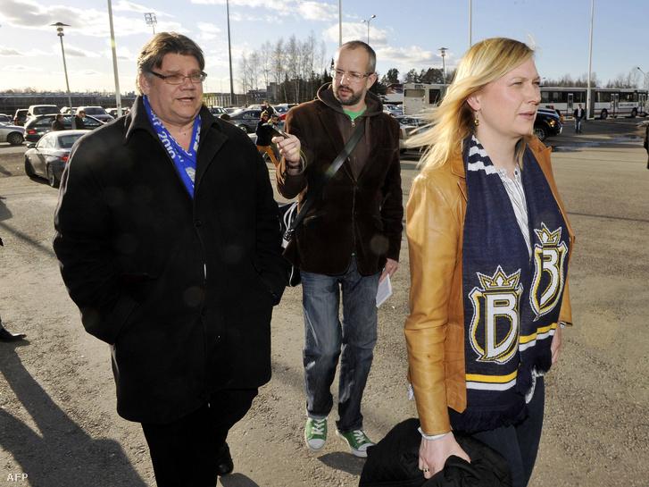 Timo Soini, az Igaz Finnek elnöke és felesége Tiina hokimeccsre érkeznek Helsinkiben