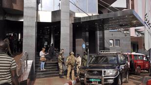 27 ember halt meg a bamakói hotelben