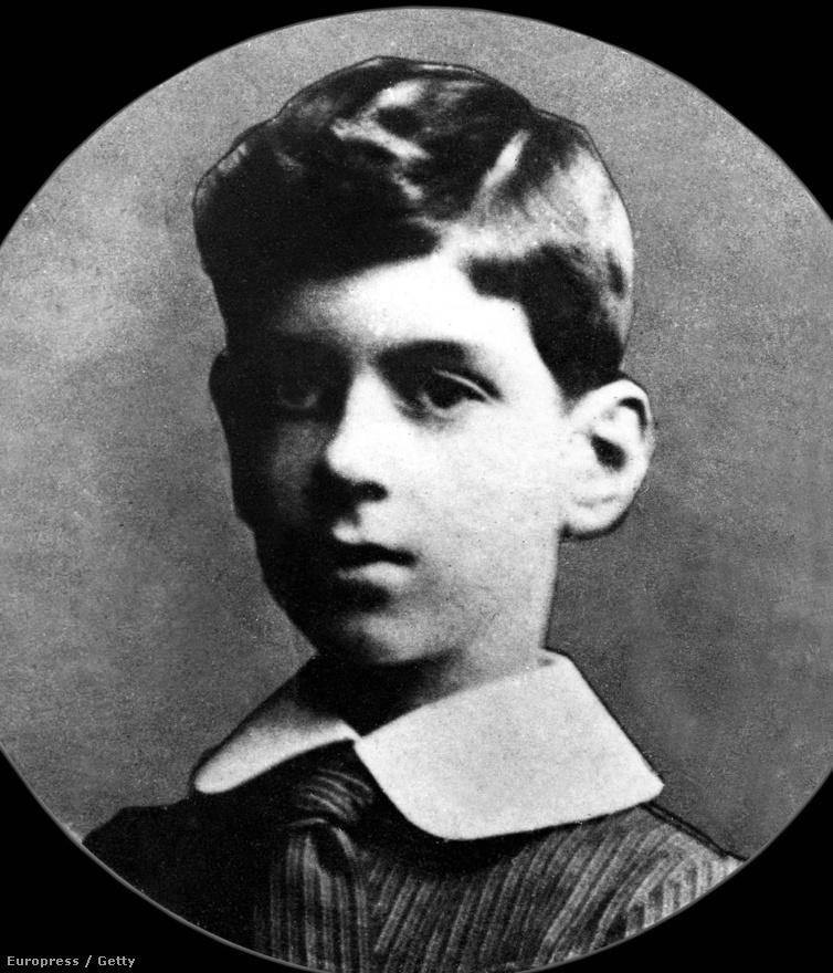 1890. november 22-én született Charles André Joseph Marie de Gaulle, az ötödik Francia Köztársaság első elnöke. A modernkori francia és európai történelem egyik legmeghatározóbb alakja. A II. világháborúban a francia hadsereg tábornoka, a náci Németországgal harcoló Szabad Francia Erők vezetője volt.                         Bár harcolt a francia demokráciért, titkon mindig monarchista maradt. Szenvedélyesen utálta az amerikaiakat, lenézte a briteket, de tisztelte az oroszokat. Mégis, az egyesült Európa egyik megteremtője volt.