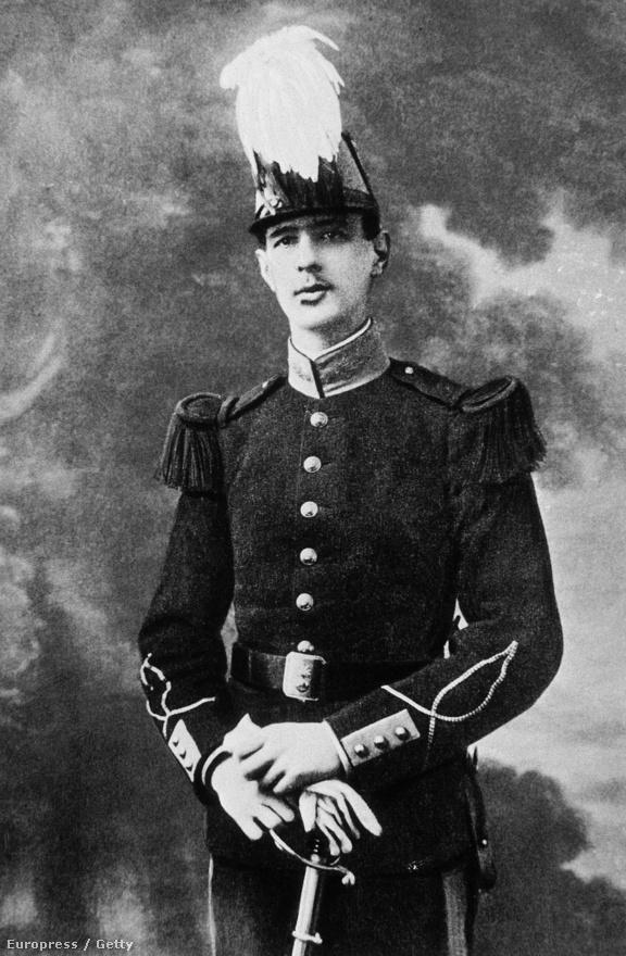 """22 évesen a Saint-Cyr katonai akadémia tablófotóján. De Gaulle-t kamasz korától kezdve a katonai pálya vonzotta. 1908-ban iratkozott be Franciaroszág legjobb tisztiiskolájába a Saint-Cyrbe. A felvételin 121-ből 119 pontot szerzett. 196 centiméteres magassága miatt itt kapta a """"Nagy Spárga"""" becenevett."""