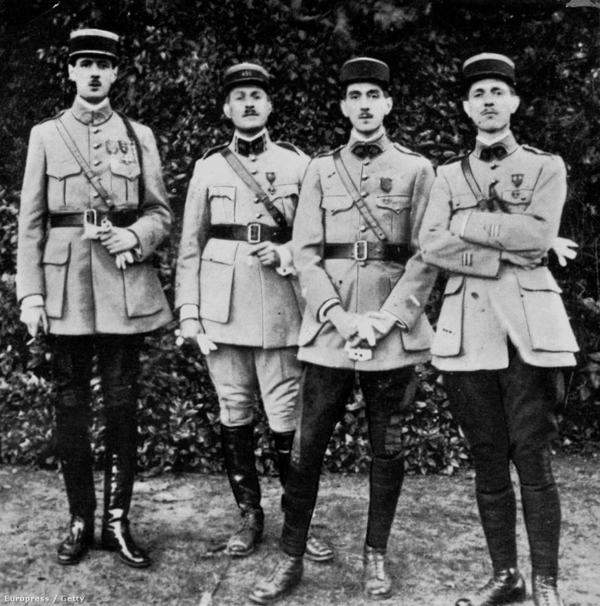 """Öcsével, Jacques-kal és Pierre-rel, valamint bátyjával Xavier-vel a Saint-Cyrben. A 230 fős évfolyamot De Gaulle a tizenharmadik legjobb eredménnyel végezte el. Mivel nem akart a tengeren túli francia gyarmatokon harcolni, az Arras-ban állomásozó 33. gyalogsági ezrednél jelentkezett szolgálatra. Itt Pétain marsall, """"Verdun oroszlánja"""" alatt szolgál.                         De Gaulle éppen a verduni ütközet alatt sérült meg, és került német fogságba 1916-ban. A hadifogolytáborból ötször próbált megszökni, mindannyiszor sikertelenül. Az ellátásra azonban nem volt panasza: mivel korábban tanult németül, a fogságban többször kellett közvetítenie a német katonák és a foglyok között. A táborban ismerkedett meg a vörös hadsereg későbbi tábornagyával, Mihail Tuhacsevszkijjel. 1918. december 1-én, három héttel a német kapituláció után szabadult.                         A börtönben írta a végül 1924-ben kiadott Az ellenség és a valódi ellensége című első könyvét."""