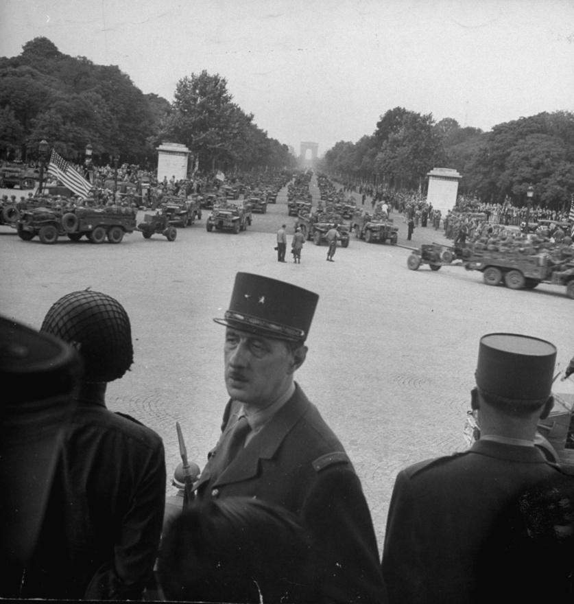 1944-ben a párizsi Concorde téren figyeli a francia, amerikai és brit csapatok bevonulását. De Gaulle a világháború előtt, 1934-ben írta meg könyvét a modernkori hadseregekről. Ebben a páncélozott harcjárművek és a hivatásos katonaság fontosságát hangsúlyozta. Pétain ekkor pártolt el tőle, pedig 1925-ben ő nevezte ki a Legfelsőbb Haditanács alelnökének. Adolf Hitler végül az ő munkája alapján dolgoztatta ki a német hadsereg stratégiáját.                         De Gaulle 1940-ben a 4. páncélozott dandár parancsnokaként többször visszaszorította a német csapatokat. A március 15-ikei német áttörés után ő érte el a francia hadsereg legnagyobb sikereit. Emiatt honvédelmi államtitkárnak nevezték ki. Június 16-án Pétain marsall lett az ország új vezetője, aki fegyverszünetet kötött volna a náci Németországgal. De Gaulle ehelyett a francia gyarmatokról szervezett volna katonai ellenállást. Nagy Britanniába szökött több tiszttársával. Megszervezte a Szabad Franciaroszágot és az afrikai gyarmati csapatokkal a szövetségesek oldalán harcolt. 1944. augusztusában visszatért Franciaországba, hogy Párizs felszabadításakor ott legyen a szönvetséges erőkkel együtt.