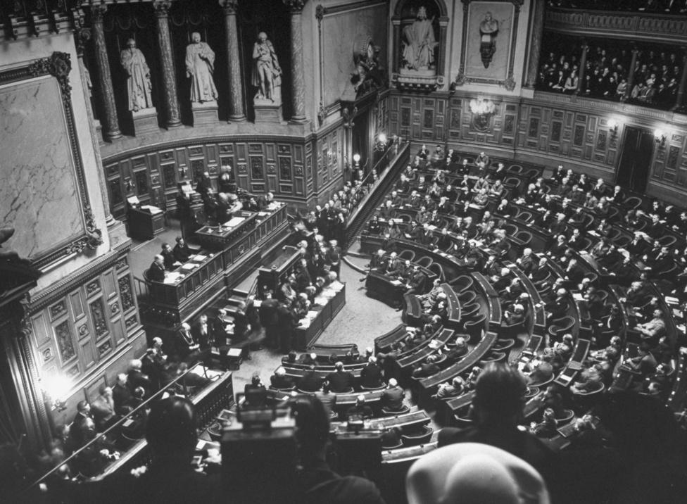 A francia nemzetgyűlés első ülése Franciaország felszabadítása után 1944. november 7-én. Miután a német hadsereget fokozatosan kiszorították Franciaország területéről, De Gaulle-t nevezték ki az átmeneti kormány elnökének 1944. augusztus 20-án.                         Az észak-afrikai francia erőket az ország déli részének felszabadítására rendelte. 1944 végétől az 1945-ös német kapitulációig a francia hadsereg több területet megszállt Németországban. Ezzel De Gaulle elérte, hogy a háború utáni béketárgyalásokban egyenrangú fél legyen a többi szövetséges erővel.