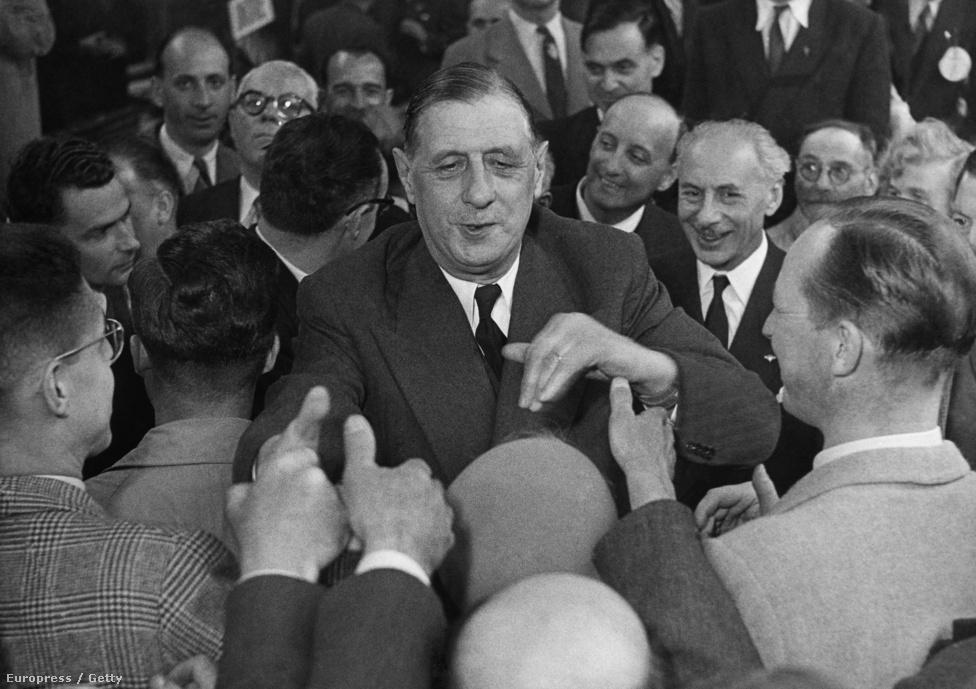 """1946-ban De Gaulle lemondott az ideiglenes elnöki posztról. A tábornok többször kritizálta a negyedik köztárság tervezett alkotmányát. Szerinte az túl nagy hatalmat adott a parlamentnek. Az új tervezetben szerinte túl nagy felelőssége lett a pártoknak, ezt pedig """"merész és ostoba politikai trükknek"""" nevezte.                         Visszavonult a politikától és megírta saját háborús memoárkötetét. Ebben sokat ír saját hősiességéről, magát egyes szám harmadik személyben emlegetve.                         1947-ben visszatért a politikához, saját pártot alapított. Mérsékelt sikerei miatt 1953-ban ismét visszavonult. Pártja 1955-ben megszűnt."""