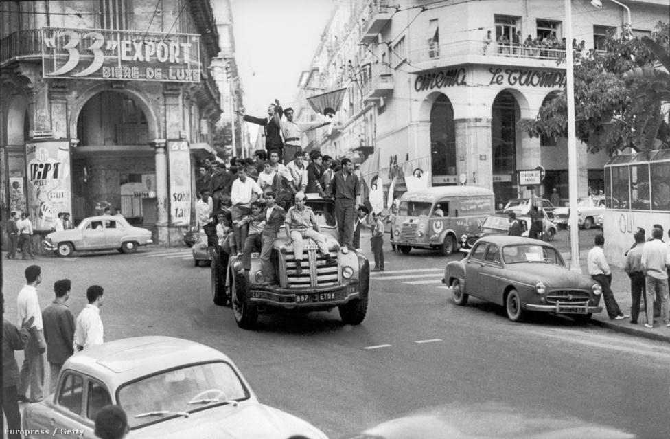 1962. július 3-án algírek ünnepelték az ország függetlenedését. Hivatalba lépésekor a gazdaság romokban hevert: új frankot vezetett be, és felélénkítette a német-francia gazdasági kapcsolatokat. Folytatta az atomprogramot, hogy nukleáris hatalommá tegye Franciaországot. Viszautasította az amerikai és a szovjet közeledést is. Helyette az Európai Gazdasági Közösségben hitt. Remélte, hogy egy európai összefogás függetlenítheti a kontinenst.                         Az algériai helyzet békés megoldását viszont nem tudta megoldani: a baloldal arra kérte, hagyja függetlenedni az észak-afrikai területet, míg a helyi telepesek fellázadtak ez ellen. De Gaulle két felkelésüket is leverte, de a párizsi rendőrség udvarán a hatóságok legalább 70 algír tüntetőt lemészároltak. Az elnök eltitkolta a vérengzést. 1961-ben végül népszavazáson dőlt el, hogy a volt külterület elszakad Franciaországtól.