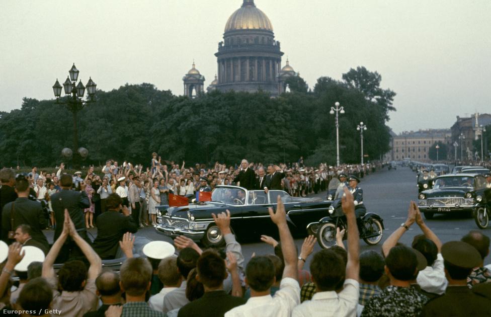 A francia elnök 1966. június 7-én, hivatalos látogatásán a Szovjetunióban.                         1960-ban Franciaország lett a világ negyedik atomhatalma az Egyesült Államok, a szovjetek és a britek után. De Gaulle célja az volt, hogy orászágát teljesen függetlenítse mind katonailag, mind gazdaságilag. 1966-ban emiatt kivonta csapatait a NATO fennhatósága alatt, noha a szövetség tagja maradt.