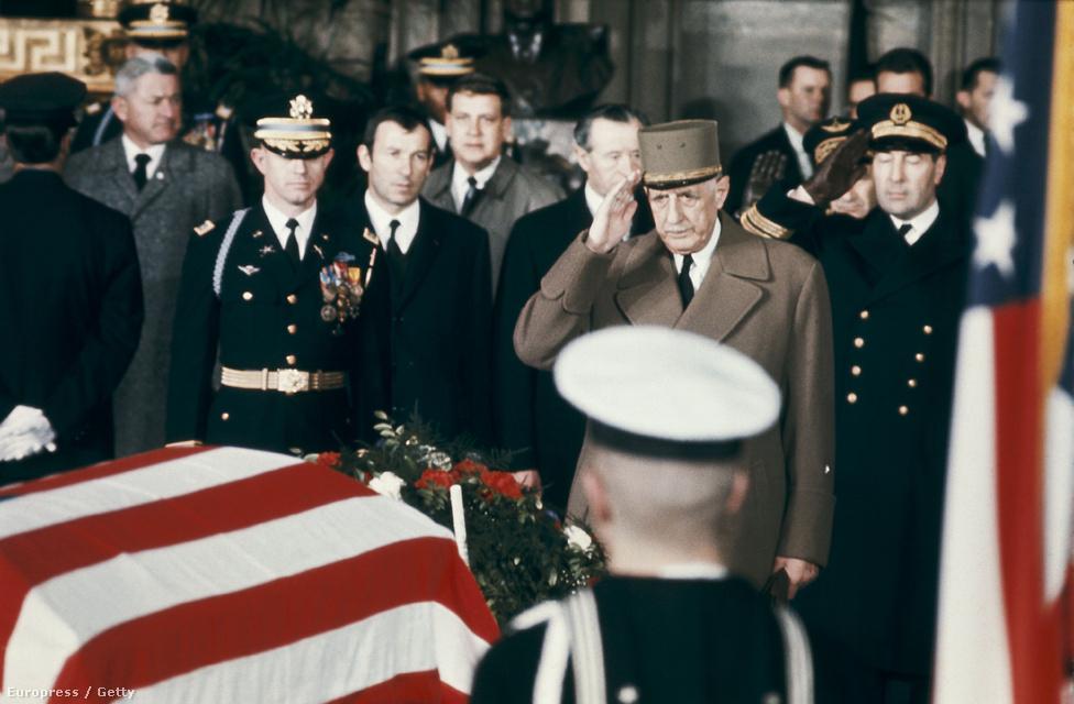 De Gaulle Dwight D. Eisenhower, az Egyesült Államok 34. elnökének temetésén 1965-ben. Az 1956-os szuezi válságban még az USA és Nagy Britannia oldalán Izrael pártjára állt Egyiptommal szemben. De Algéria 1962-es függetlenedése után arabbarát külpolitikára váltott. Emiatt, és azért mert 1966-ban élesen bírálta az Egyesült Államok vietnámi beavatkozását, megromlott a viszonya Washingtonnal. Az elmérgesedett viszonyon csak utódja, Georges Pompidou tudott javítani, aki 1969-es visszavonulása után követte az elnöki poszton.