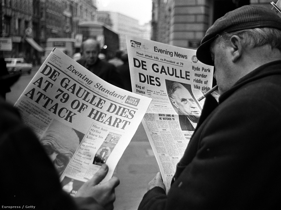 """1970. november 9-én az esti hírlapok jelentése De Gaulle haláláról. Az elnök 1968-ban lemondott, mert nem ment át a francia önkormányzati rendszert és a törvényhozást módosító javaslata a szenátuson. Utolsó éveiben sok kritika érte politikáját: a közszolgálati sajtóban De Gaulle hívei hatottak a hírszerkesztési elvekre, és májusban diáklázadások törtek ki. Az elnök még attól sem riadt volna vissza, hogy a hadsereg segítségével oszlassa fel a megmozdulásokat. A diákok és a munkások politikai követeléseiről azt mondta: """"Reform igen, káosz nem!"""""""