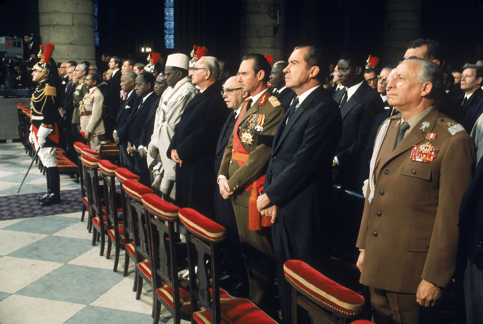 """1970. november 12. Charles De Gaulle temetése. A korábbi elnök búcsúztatásán több állam- és kormányfő részt vett. A képen Marian Spychalski lengyel vezető, Richard Nixon amerikai elnök, János luxemburgi nagyherceg, valamint Franz Jonas osztrák és Zalman Shazar izraeli államfő látható. Utóbbi azután látogatott el a temetésre, hogy De Gaulle 1967 úgy jellemezte a zsidókat, mint """"zsarnoki és öntelt népet."""""""