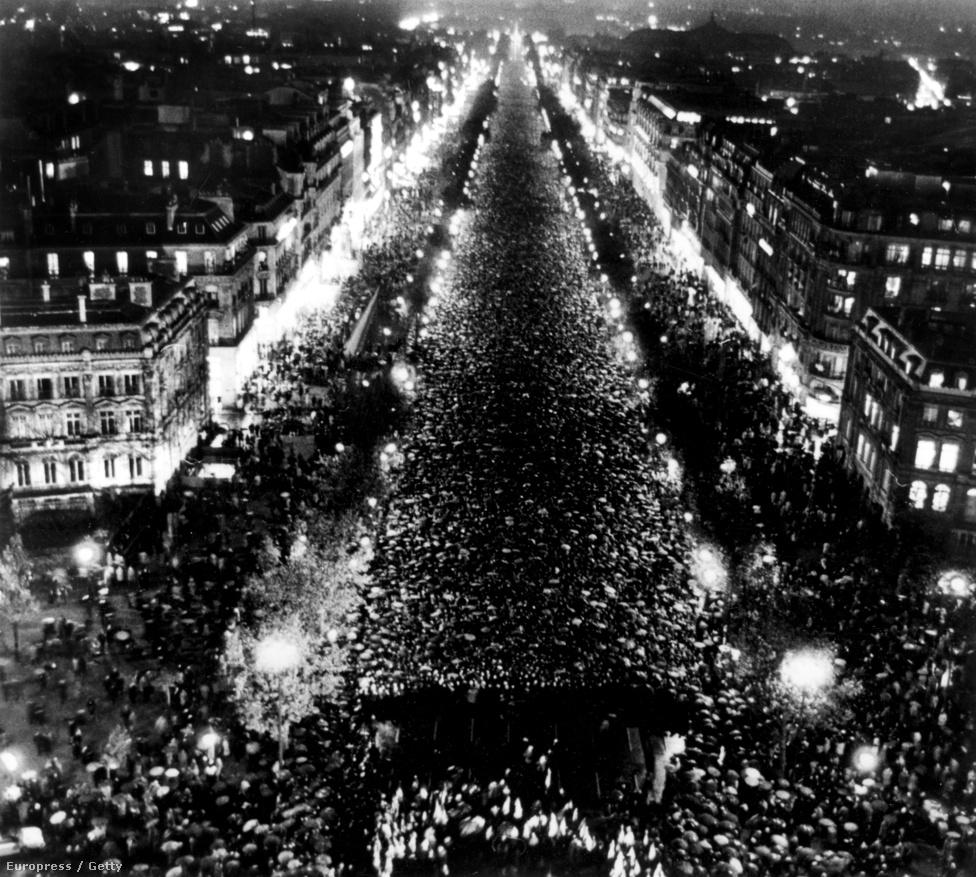 """1970. november 12. búcsúztatása a Champs-Elysées-n. De Gaulle a XX. századi francia történelem egyik legnépszerűbb alakja mind a mai napig. Azzal együtt is, hogy többször vádolták meg diktatórikus allűrjei és szélsőséges kiejelentései miatt. Szállóigeként idézgetik több kijelentését a világ minden táján. De Gaulle mondta, hogy """"minél jobban ismerem az embereket, annál jobban szeretem a kutyákat"""", de azt is, hogy """"a temetők tele vannak nélkülözhetetlen emberekkel."""""""