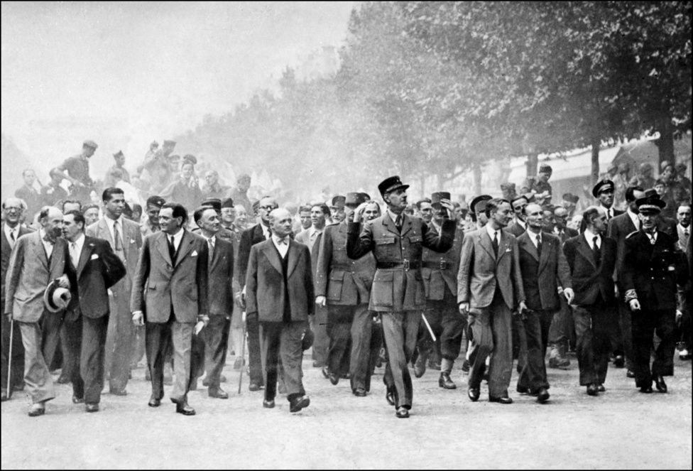 1944. augusztus 28-án került sor Párizs felszabadítására, melyben De Gaulle is részt vett. Az ünnepélyes felvonuláson a Champs-Élysées-én vonultak a Diadalívig, amely a mindenkori francia hadsereg hadsereg nagyságát szimbolizálja. Itt De Gaulle lerótta tiszteletét az Ismeretlen Katona sírjánál. A teret, ahol a Diadalív áll a világháború idején még Étoilének hívták, de De Gaulle halála után már róla nevezték el.