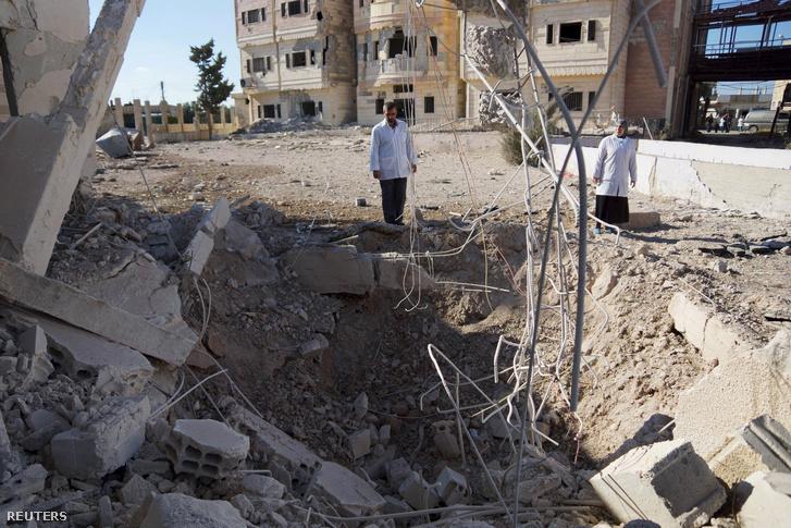 A kormányerők bombázásának nyoma a szíriai Nawa városban, november 20-án