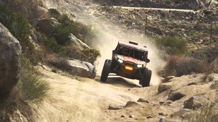 Egy Polaris a 2012-es versenyen - alatta egy tipikus Baja California-i földút