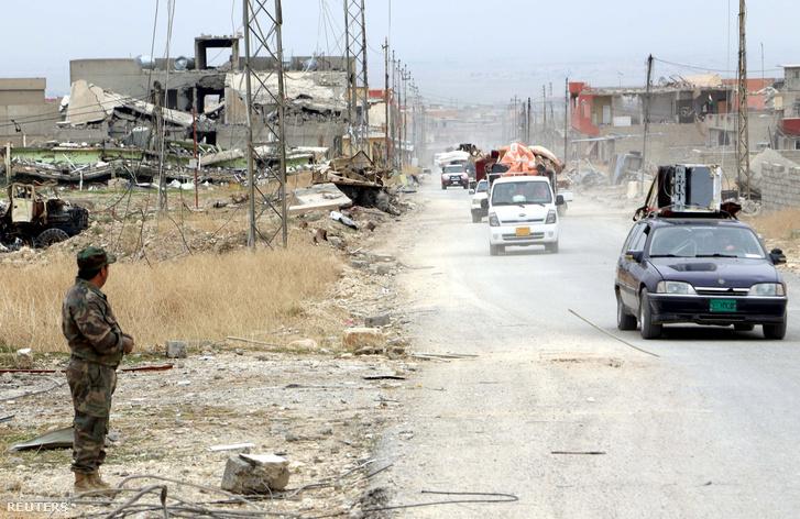 Jezidi családok gyűjtögetik a hátrahagyott holmikat egy Iszlám Államtól visszafoglalt településen Irakban.