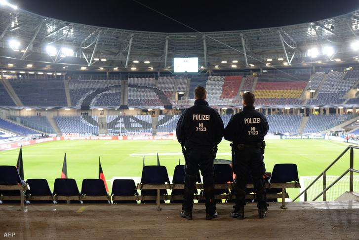 Elmaradt a Németország - Hollandia barátságos mérkőzés, mert valódi bombafenyegetést kapott a hannoveri stadion.A terroristák mentőautóban ********akarták a stadionba csempészni a robbanószerkezetet, de robbantani akartak a hannoveri pályaudvaron is. A merényleteket sikerült megakadályozni.