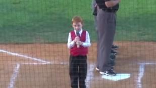 A fiú, akit csuklás sem akadályozott meg abban, hogy elénekelje a himnuszt