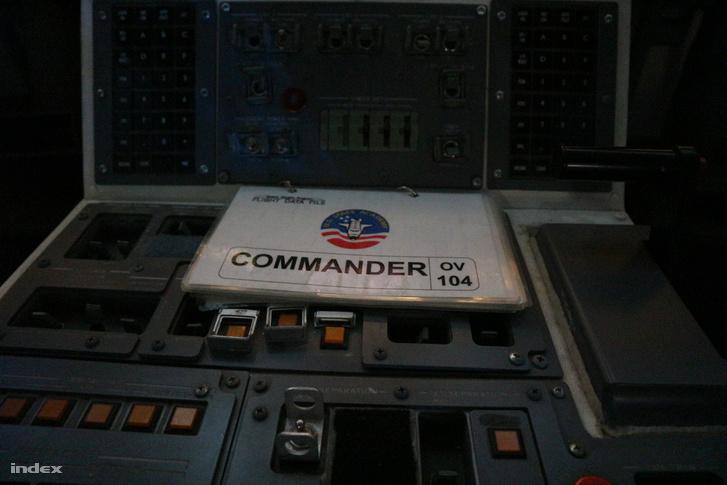 Az űrsikló pilótafülkéje és a parancsnoki kézikönyv