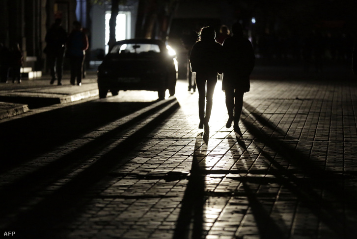 A sötét utcákon sétálnak az emberek Szimferpoolban 2015. november 22-én.