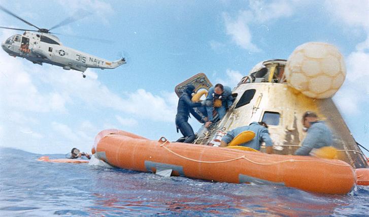 Az Apollo-12 legénysége, a visszatérő kabin és a Csendes-óceán