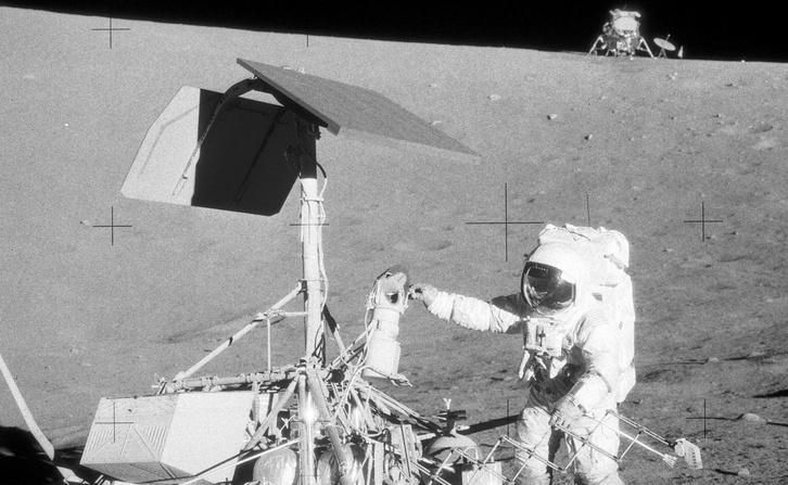 Charles Conrad fogdossa a Surveyor 3 szonda később földre hozott kameráját. Háttérben az Intrepid űrkomp