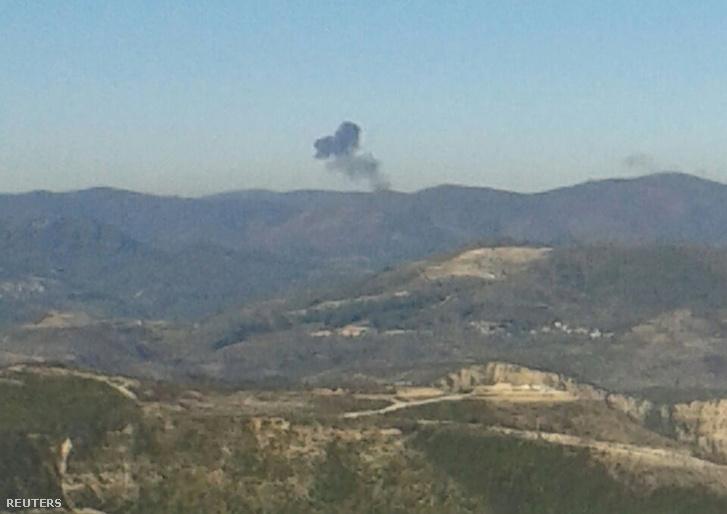 A kilőtt gép füstje látszik a dombok mögött (Szíriából), a török határról