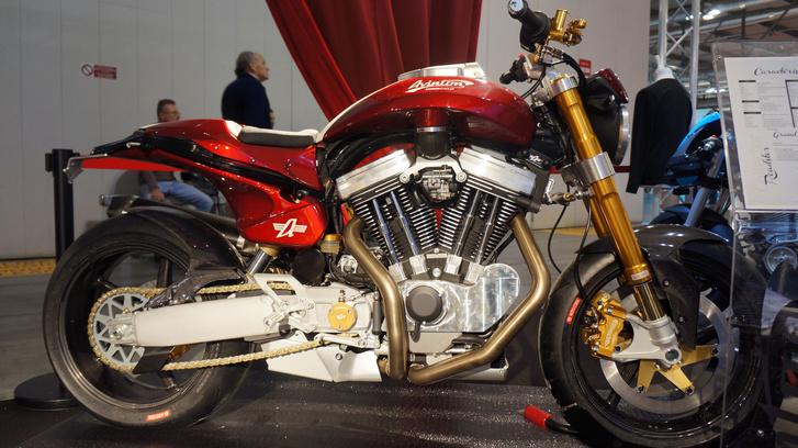 Ismét egy Grand Sport, a színen kívül a felszereltség is más, például hatdugattyús féknyerget és gázrugós hátsó gátlót építettek be