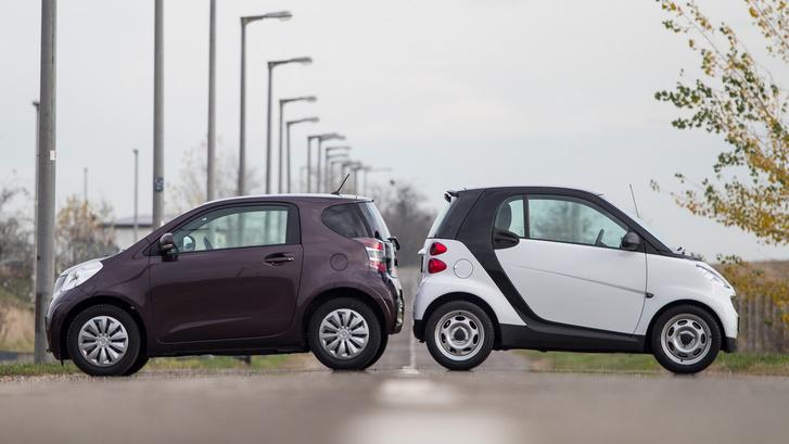 Elférnek keresztben mindketten, ahol a Smarttal leparkol, ott jó eséllyel a Toyotával is. Az IQ fordulóköre azonban kisebb.
