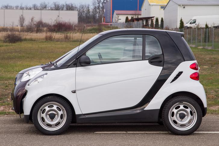 Harminc centivel hosszabb a Toyota, erre nem gondoltunk volna, de annyival többet is ad. A Smart nagy előnye a viccesen kedves formaterv.