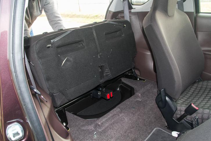 Bármilyen kicsi is az IQ, a felhajtható ülőlapot a Toyota nem hagyta ki. A beltér variálhatósága több, mint elég.